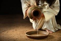 耶稣倾吐的水到平底锅里 库存照片