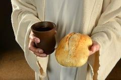 拿着面包和酒的耶稣 免版税库存图片