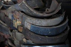 在车库的使用的生锈的金属汽车零件 免版税库存图片