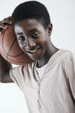 有篮球的男孩 库存图片