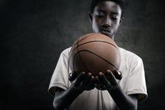 有篮球的男孩 免版税图库摄影