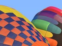 Διόγκωση δύο μπαλονιών ζεστού αέρα. Στοκ φωτογραφία με δικαίωμα ελεύθερης χρήσης