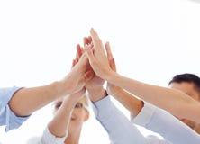 给上流五的愉快的企业队在办公室 免版税库存图片