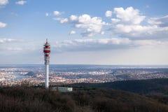 Μεγάλος πύργος επικοινωνίας ενάντια στον ουρανό Στοκ φωτογραφία με δικαίωμα ελεύθερης χρήσης