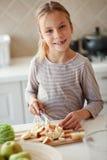 孩子在厨房里 免版税库存图片