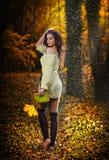 一处浪漫秋天风景的年轻白种人肉欲的妇女。秋天夫人。在森林里塑造一个美丽的少妇的画象 免版税图库摄影