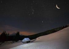 Красивый ландшафт зимы в горах к ноче с звездами Стоковые Изображения RF