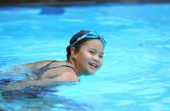 亚裔矮小的游泳者女孩特写镜头画象  库存图片