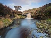 在荒野的美丽的瀑布在约克夏 免版税库存图片