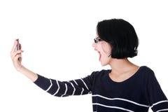 呼喊对电话的可爱的妇女。 免版税库存照片
