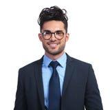 戴看起来书呆子的眼镜的微笑的商人 免版税图库摄影