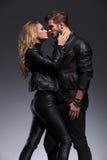 Сексуальная женщина обнимая ее любовника с страстью Стоковые Фото