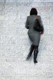 女实业家走台阶的,行动迷离 图库摄影