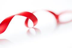 美丽的在白色的织品红色丝带 图库摄影