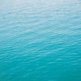 Σαφής πράσινη θάλασσα με τα κύματα Στοκ εικόνα με δικαίωμα ελεύθερης χρήσης