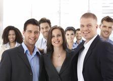 Группа в составе счастливые успешные бизнесмены усмехаться Стоковое фото RF