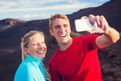 拍照片他们自己的年轻有吸引力的运动夫妇 免版税库存照片