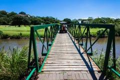 高尔夫球运动员推车桥梁 免版税库存图片