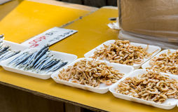 干虾和干燥鱼待售在日本市场上 免版税库存照片
