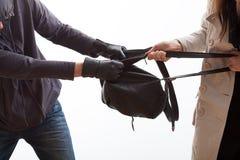 设法的窃贼夺走背包 库存图片