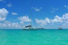 停泊在托尔托拉岛,英属维尔京群岛附近特许游艇 免版税库存照片