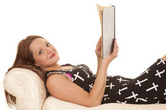 妇女礼服十字架位置读的看 免版税库存图片
