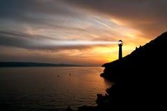 灯塔探照灯射线通过海洋空气在晚上。 免版税库存图片