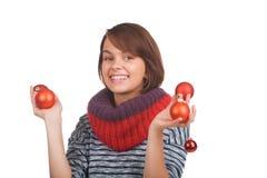 Νέα γυναίκα με τη σφαίρα Χριστουγέννων Στοκ Εικόνες