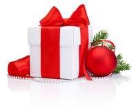 白色礼物盒被栓的红色缎丝带弓,圣诞节球 免版税库存图片