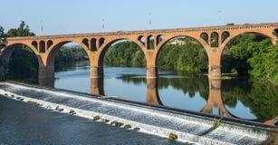 阿尔比,在塔恩省河的桥梁 免版税库存图片
