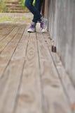 在木地板的脚 免版税库存图片
