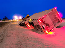 运输卡车在冬天垄沟晚上 免版税库存图片