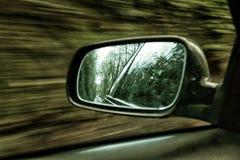 在路的汽车有行动迷离背景 免版税库存图片