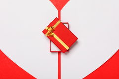 与心脏和礼物盒的红色情人节背景 库存图片
