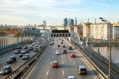 在第三条环行路的交通 免版税库存图片