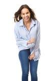 Ультрамодная молодая женщина смеясь над на изолированной белой предпосылке Стоковые Изображения RF