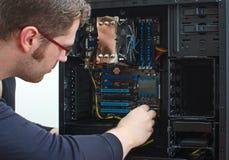 修理计算机的男性技术员 免版税库存图片