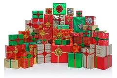 礼物在白色隔绝的被包裹的圣诞节礼物 免版税库存照片