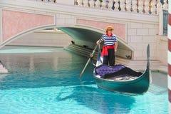 平底船的船夫在威尼斯式旅馆里在拉斯维加斯 库存图片