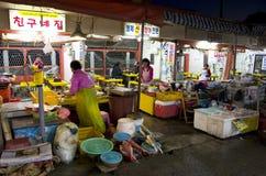 工作在鱼市上的韩国妇女 库存照片