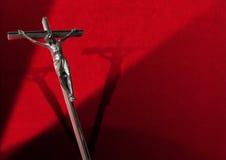 跨的红色天鹅绒背景的耶稣 免版税库存图片