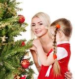 有女儿的妈咪装饰圣诞树。 免版税图库摄影