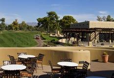 美丽的新的现代高尔夫球场航路在亚利桑那 免版税库存照片