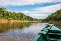 小船在河在马德雷德迪奥斯的秘鲁亚马逊密林 免版税库存照片