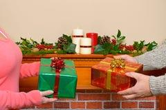 交换圣诞节礼物的夫妇 图库摄影