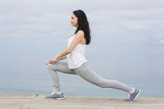 Женщина делая тренировки Стоковая Фотография RF