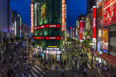 明亮地被点燃的街道在东部新宿,东京,日本。 库存照片