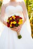Невеста держа цветки букета Стоковое Изображение RF