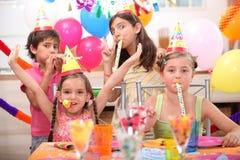 Дети на вечеринке по случаю дня рождения Стоковые Фотографии RF