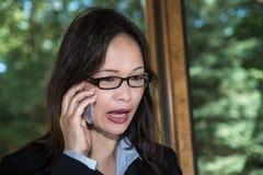 衣服的妇女说在电话里 免版税库存照片